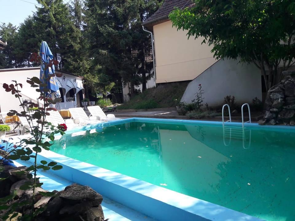 Kültéri medence és napozóterasz